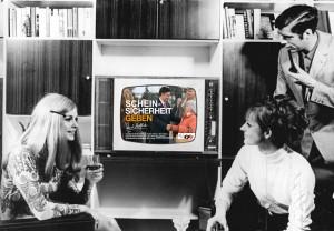 Bundesarchiv_Bild_183-H0812-0031-001_Werbung_RFT_Color_20_Fernseher-mod4